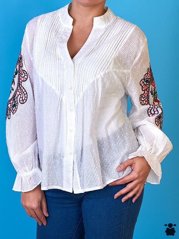 Camisa blanca con bordados estilo boho chic
