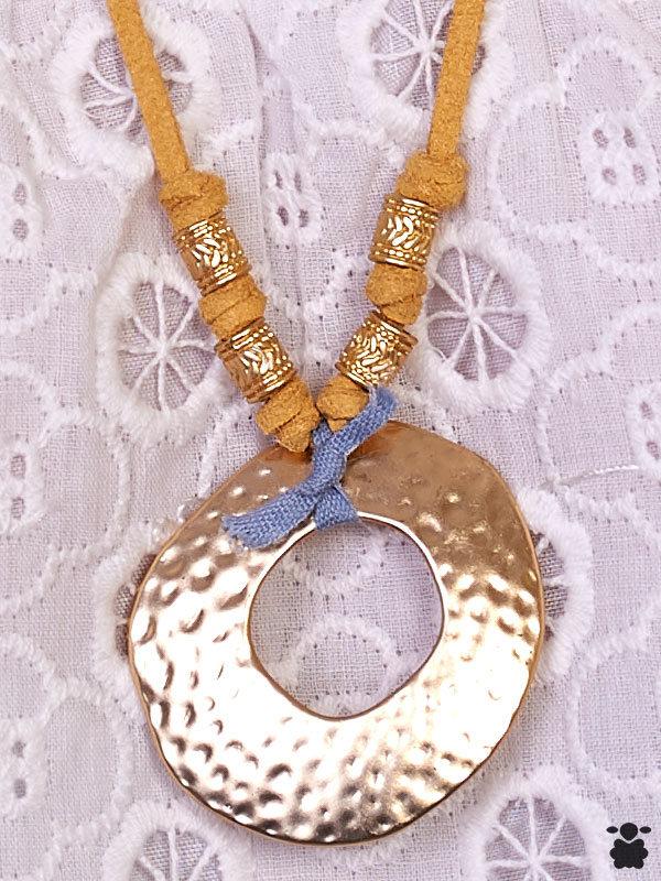 Colgante bohemio en color mostaza y dorado
