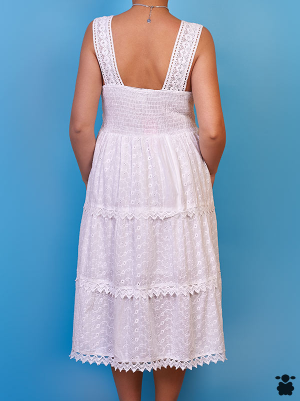 Vestido blanco con tirantes, estilo boho chic, con detalles bordados