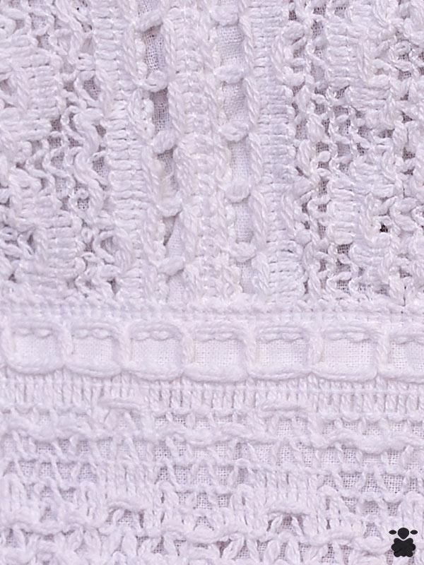 Tejido de vestido blanco con tirantes, estilo boho chic, con detalles bordados