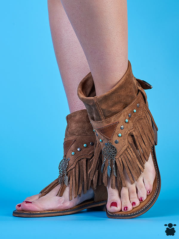 Sandalias boho-chic en color camel con detalles hippies