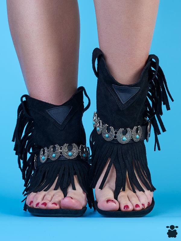 Sandalias boho chic en color negro, con cinturón de detalles étnicos