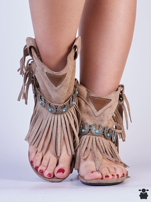 Sandalias boho chic en color taupe-beige, con cinturón de detalles étnicos