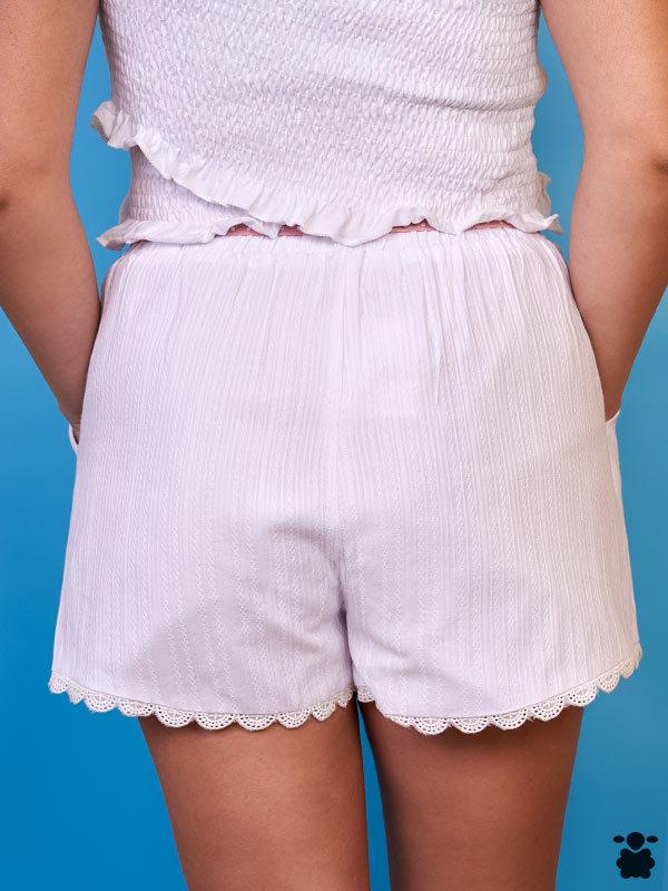 Pantalón corto blanco con cinturón rosa de lunares