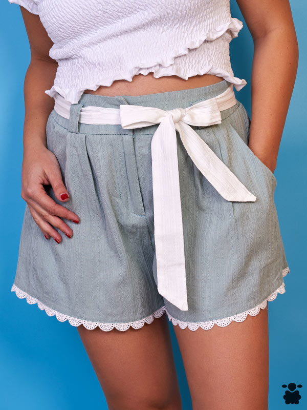 Short verde con bordes de encaje y cinturón de tela