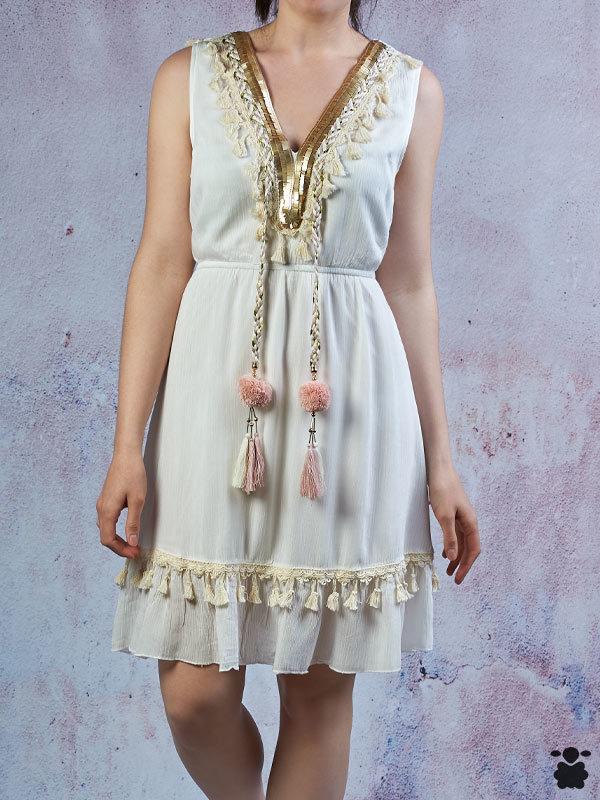 Vestido boho blanco y dorado con pompones rosas
