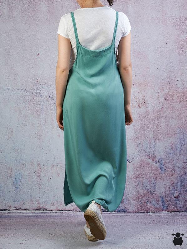 Vestido verde con camiseta blanca interior